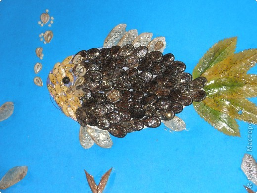 Вот такую поделку мы делали к празднику осени. материалы действительно)) бросовые: листья,семена, пшенка, лак для ногтей, клей ПВА, краски ну и хорошее настроение творить))) фото 2