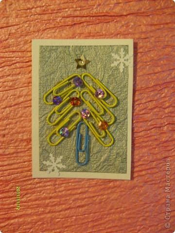 Моя первая серия АТС, которую я выкладываю со своего отдельного блога (раньше выкладывала с маминого).  Я использовала: цветные канцелярские скрепки, пайетки и бумагу для творчества.  Вот такие ёлочки у меня получились! Приглашаю выбрать сначала Полину (Канетелька младшая) (я у нее брала в долг из маминого блога) и Даренку, если понравится. фото 5