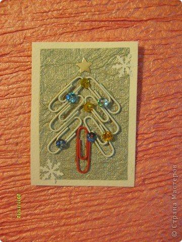 Моя первая серия АТС, которую я выкладываю со своего отдельного блога (раньше выкладывала с маминого).  Я использовала: цветные канцелярские скрепки, пайетки и бумагу для творчества.  Вот такие ёлочки у меня получились! Приглашаю выбрать сначала Полину (Канетелька младшая) (я у нее брала в долг из маминого блога) и Даренку, если понравится. фото 4