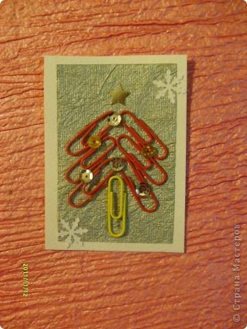 Моя первая серия АТС, которую я выкладываю со своего отдельного блога (раньше выкладывала с маминого).  Я использовала: цветные канцелярские скрепки, пайетки и бумагу для творчества.  Вот такие ёлочки у меня получились! Приглашаю выбрать сначала Полину (Канетелька младшая) (я у нее брала в долг из маминого блога) и Даренку, если понравится. фото 7