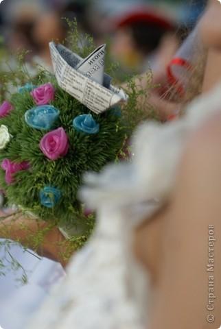 вообще был топиарий... Мой!  А было хорошенькое деревце! Коллеги (бывшие) разобрали его без моего спроса и сделали такой вот букетик. Не спрашивайте зачем там кораблик.... не знаю!!!  Интересно, понравилось ли невесте?)  фото 1