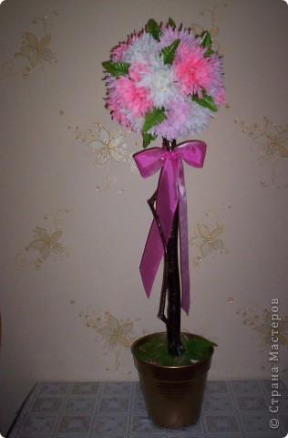 Основа - шар из газет и ниток, ствол - ветка от дерева, горшок покрашен краской из балончика, цветы - искуственные. фото 2