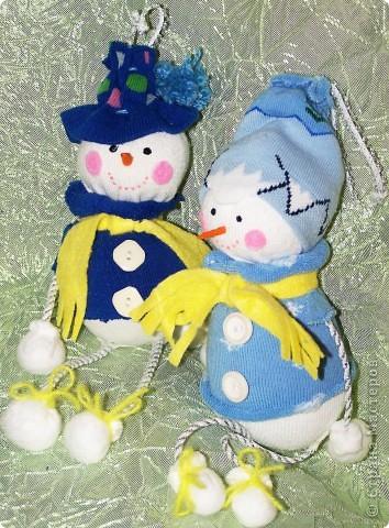 Вот такие два друга Снеговичка у меня получились благодаря мастер-классу от Юлии http://stranamasterov.ru/node/260406?c=favorite и http://thenshemade.blogspot.com/2011/01/sock-snowmen.html .  Два друга Снеговичка уже обсуждают какие же им подарки заказать у Дедушки Мороза :))  фото 1