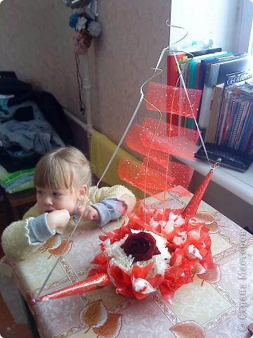 мой первый кораблик с использованием розы и хризантем плюс  конфеты))))))))))