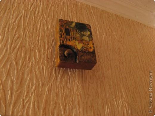 """Насмотревшись работ Мастериц в Стране решила """"окультурить"""" звонок над входной дверью.  Добавила немного ямчной скарлупы. фото 2"""