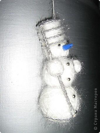 Снеговичок делается очень просто!Для него понадобится пряжа(у меня оказалась под рукой ТРАВКА белого перламутрового цвета ),синтепон(который я скатала комочком и просто обмотала его пряжей),клеевой пистолет(для фиксирования пряжи и соединения комочков разного размера) Украшение -это ваша фантазия)))Буду очень рада если кому-нибудь пригодится!!! фото 5