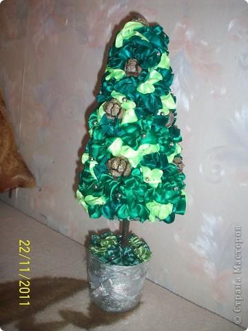 """Как и у многих у меня тоже растут к Новому году елочки) Атласная елочка сделана из торцовочек из лент, по тому же типу как я мандариновые деревья делаю, по STRINFLEX. На кроне кипарисовые шишечки и бусинки, а также блестки и """"снежок"""" фото 2"""