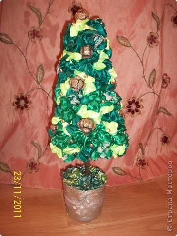 """Как и у многих у меня тоже растут к Новому году елочки) Атласная елочка сделана из торцовочек из лент, по тому же типу как я мандариновые деревья делаю, по STRINFLEX. На кроне кипарисовые шишечки и бусинки, а также блестки и """"снежок"""" фото 1"""