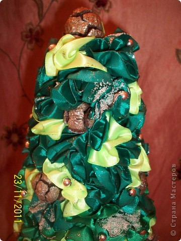 """Как и у многих у меня тоже растут к Новому году елочки) Атласная елочка сделана из торцовочек из лент, по тому же типу как я мандариновые деревья делаю, по STRINFLEX. На кроне кипарисовые шишечки и бусинки, а также блестки и """"снежок"""" фото 4"""