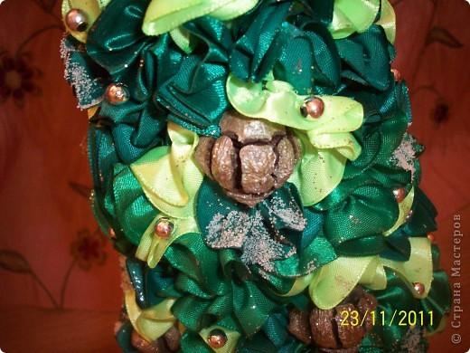 """Как и у многих у меня тоже растут к Новому году елочки) Атласная елочка сделана из торцовочек из лент, по тому же типу как я мандариновые деревья делаю, по STRINFLEX. На кроне кипарисовые шишечки и бусинки, а также блестки и """"снежок"""" фото 5"""