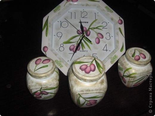 Вот такие часики и баночки в подарок моей подруге. Часы были обыкновенные белые, собственно и покупались специально для декупажа... фото 1