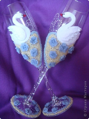 Вот выполнила заказик. Одна моя знакомая,которой нравятся мои работы, решила сделать подарок маме на юбилей. Поэтому выполняла основные условия: бело-голубые тона, розы, лебеди.. фото 1