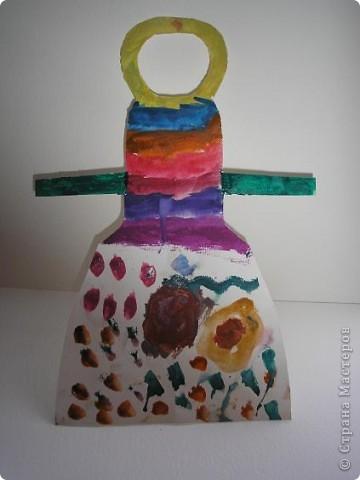 """Всем доброго времени суток! давненько не показывала работ, вот и исправляюсь! Это мы рисовали """"передник для мамы"""". Хотелось им показать мотивы и симетрию, но как всегда, дети взяли инициативу в свои руки и разрисовали, как кому понравилось. Над этой работой потел Юра. Его любимая радуга, плавно перешла в цветочный мотив. фото 1"""