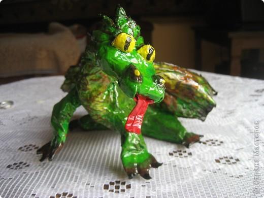 дракоша выполнен из папье-маше. его скелет - из проволоки (как его делать, нашла в СМ, но автора указать не могу-не нашла).  фото 2