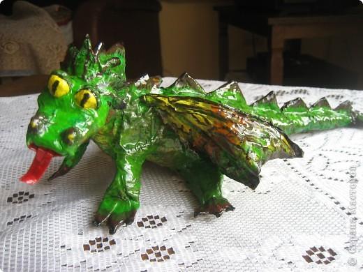 дракоша выполнен из папье-маше. его скелет - из проволоки (как его делать, нашла в СМ, но автора указать не могу-не нашла).  фото 1