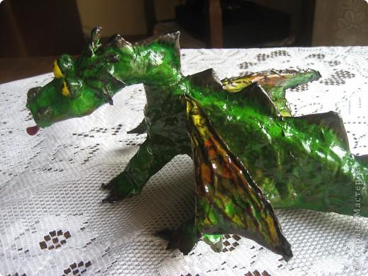 дракоша выполнен из папье-маше. его скелет - из проволоки (как его делать, нашла в СМ, но автора указать не могу-не нашла).  фото 3