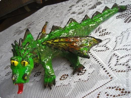 дракоша выполнен из папье-маше. его скелет - из проволоки (как его делать, нашла в СМ, но автора указать не могу-не нашла).  фото 11