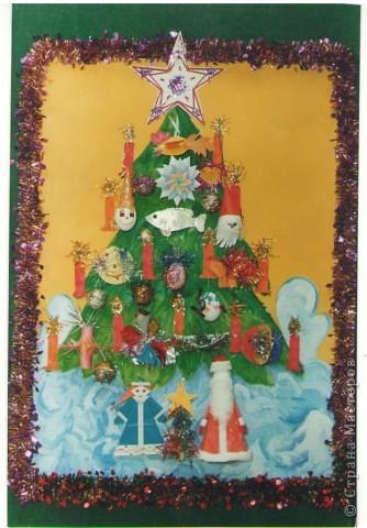 Это коллективное панно учеников моего класса: один художник нарисовал елочку, другие дети сделали по игрушке, а потом все вместе составили такое новогоднее панно! фото 1