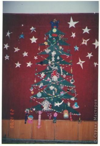 Это коллективное панно учеников моего класса: один художник нарисовал елочку, другие дети сделали по игрушке, а потом все вместе составили такое новогоднее панно! фото 2