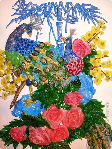 Доброго вечера, дорогие мастерицы! Вашему вниманию - моя новая картина, по фен-шуй очень положительная.  Качество фото, конечно, оставляет желать лучшего. Перья сделаны из цветных ниток и прокрашены золотым лаком, в перьях бусины+лепнина, листочки и цветочки сакуры лепились по отдельности, потом очень долго собирались на клей. Еще сверху наклеяла стразы, сочетающиеся по цвету. Жду ваших комментариев. Всем удачи и отличного настроения!  фото 2