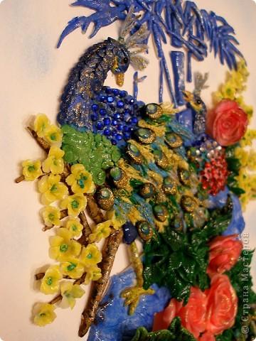 Доброго вечера, дорогие мастерицы! Вашему вниманию - моя новая картина, по фен-шуй очень положительная.  Качество фото, конечно, оставляет желать лучшего. Перья сделаны из цветных ниток и прокрашены золотым лаком, в перьях бусины+лепнина, листочки и цветочки сакуры лепились по отдельности, потом очень долго собирались на клей. Еще сверху наклеяла стразы, сочетающиеся по цвету. Жду ваших комментариев. Всем удачи и отличного настроения!  фото 3