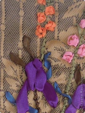 """Вышивала  лентами впервые. Хотелось сделать необычный подарок для подруги на день рождения. Вышивала в общей сложности часов 7. Руководствовалась книгой Энн Кокс """", в которой есть цветные рисунки вышивки лентами и показаны приемы. Композицию из цветов придумала сама. фото 3"""