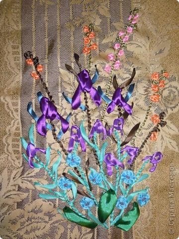 """Вышивала  лентами впервые. Хотелось сделать необычный подарок для подруги на день рождения. Вышивала в общей сложности часов 7. Руководствовалась книгой Энн Кокс """", в которой есть цветные рисунки вышивки лентами и показаны приемы. Композицию из цветов придумала сама. фото 2"""