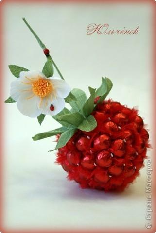 Доброго всем дня! Сегодня у меня ягодно-летняя тематика получилась. Вот, знакомьтесь - земляничка, выполенная из 68 конфеток КреАмо (это около 1,2 кг). Сама ягодка размером с голову 2-х летнего ребенка. фото 1