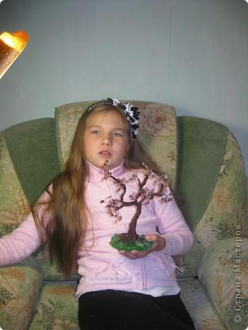 Моя внучка со своей работой, дерево она делала для мамочки,дочь очень довольна. фото 2
