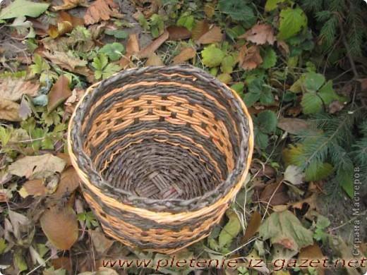 Вазочка осенняя.Сначала плела, потом сгребали листья, потом захотелось соединить все, и во время перерыва решили запечатлеть. фото 2