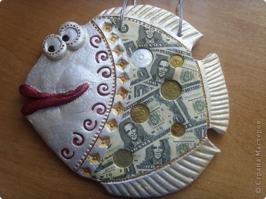 Если взять цветной бумаги Ручку, ножницы и клей И еще чуть-чуть отваги Можно сделать сто рублей. )))