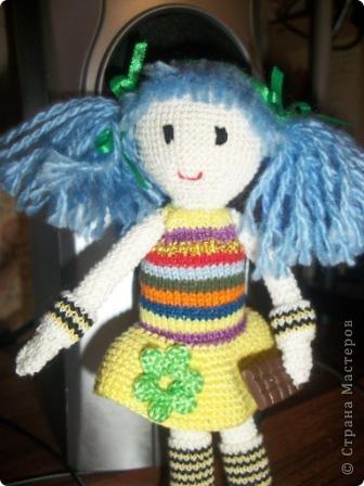 """Вязаная куколка """"Дарья"""". Это одна из первых моих игрушек вязаных крючком. Вязалась долго, особенно намучилась с прической и личиком, но это стоило того. Гетры связаны спицами, шоколадка из пластика (полимерная глина)  Сейчас малышка живет у моей сестры!!!  фото 1"""
