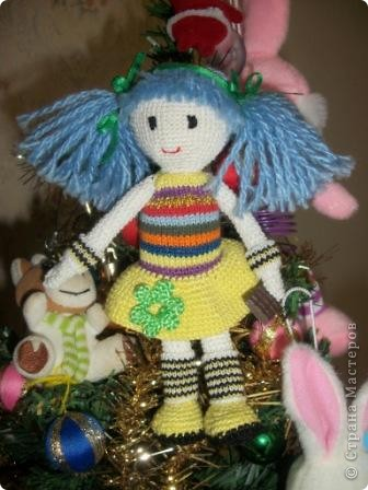 """Вязаная куколка """"Дарья"""". Это одна из первых моих игрушек вязаных крючком. Вязалась долго, особенно намучилась с прической и личиком, но это стоило того. Гетры связаны спицами, шоколадка из пластика (полимерная глина)  Сейчас малышка живет у моей сестры!!!  фото 2"""