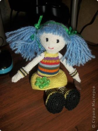 """Вязаная куколка """"Дарья"""". Это одна из первых моих игрушек вязаных крючком. Вязалась долго, особенно намучилась с прической и личиком, но это стоило того. Гетры связаны спицами, шоколадка из пластика (полимерная глина)  Сейчас малышка живет у моей сестры!!!  фото 3"""