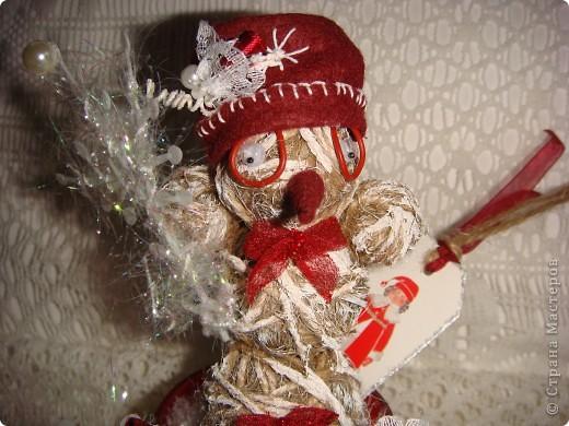 """Доброго времени суток, дорогие Мастера! Сегодня я покажу Вам свои новогодние творения. Первое - снеговик. Этот объект был создан мною специально для """"Мелодии скрапа"""" в качестве приглашенного дизайнера. Честно говоря, я немного струхнула, что меня выбрали, и сначала сделала не то, а потом разошлась, и до сих пор могу еще кучу объектов с """"теплыми"""" элементами (нитки, кружево, вязаные элементы и т. п.) сделать.  фото 3"""