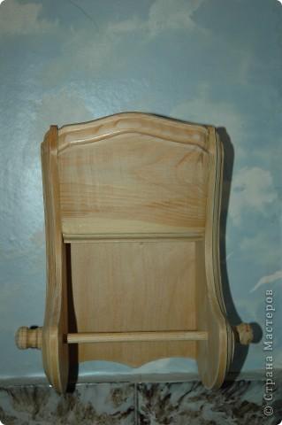 Вот такая обычная вещица - деревянный держатель для туалетной бумаги - живет в нашем доме больше десяти лет. Я решила, что быть ему подопытным кроликом, и пошла осваивать декупаж.  фото 1
