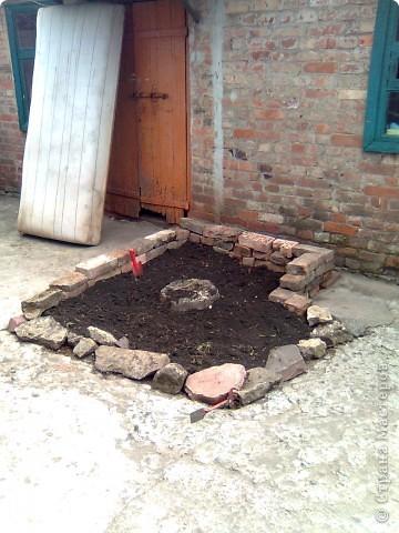Во дворе остался не забетонированный кусочек земли где раньше росло дерево. 1- выкладываем контур камнями. ( заднюю стенку я выложила кирпичами). 2- засыпаем землей... фото 1