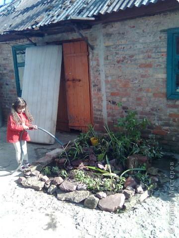 Во дворе остался не забетонированный кусочек земли где раньше росло дерево. 1- выкладываем контур камнями. ( заднюю стенку я выложила кирпичами). 2- засыпаем землей... фото 3