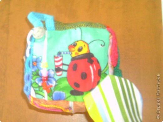 развивающий кубик для мелкой моторики. цветы на липучке.на бабочке кнопки , пуговицы,бусы.вишенки мягкая и твердая. другие стороны молния,шнуровка,пуговицы на петельках. фото 8