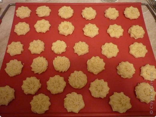 Сейчас как раз самый сезон мандаринов и это легкое печенье очень кстати.Можно его сделать и апельсиновым или лимонным- надо только заменить цедру.Времени на выпечку уйдет мало,получается рассыпчатое и очень ароматное.Попробуйте))) фото 7