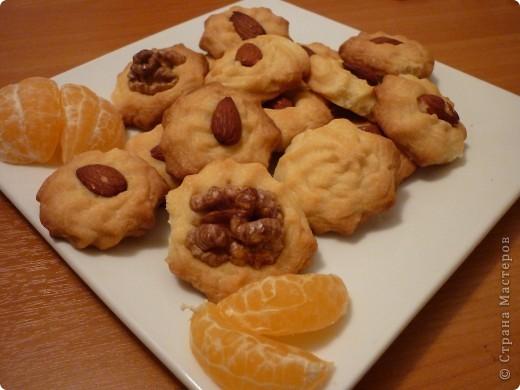Сейчас как раз самый сезон мандаринов и это легкое печенье очень кстати.Можно его сделать и апельсиновым или лимонным- надо только заменить цедру.Времени на выпечку уйдет мало,получается рассыпчатое и очень ароматное.Попробуйте))) фото 1