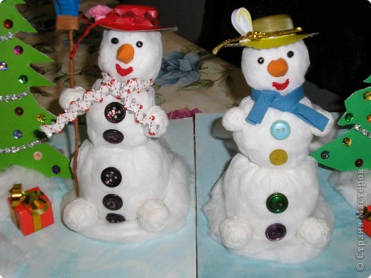 Всем здравствуйте! В школу нужны были поделки для новогодней выставки и вот мы решили сделать снеговиков. Вот что у нас получилось. фото 4