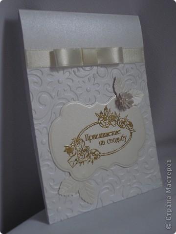 Свадебное приглашение - перламутровая дизайнерская бумага ,теснение, вырубка,надпись выполнена в технике горячий эмбоссинг, атласные ленты.Цветы сделаны с помощью дырокола. фото 1