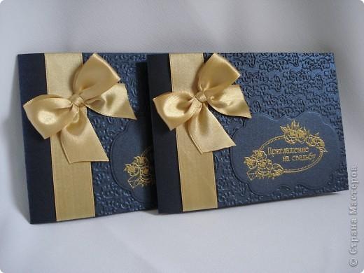Свадебное приглашение - перламутровая дизайнерская бумага ,теснение, вырубка,надпись выполнена в технике горячий эмбоссинг, атласные ленты.Цветы сделаны с помощью дырокола. фото 3