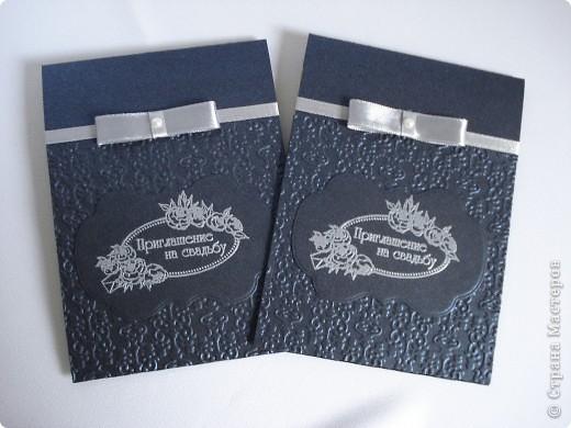 Свадебное приглашение - перламутровая дизайнерская бумага ,теснение, вырубка,надпись выполнена в технике горячий эмбоссинг, атласные ленты.Цветы сделаны с помощью дырокола. фото 4