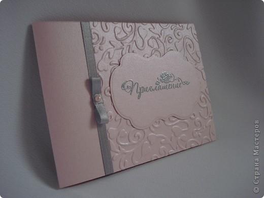 Свадебное приглашение - перламутровая дизайнерская бумага ,теснение, вырубка,надпись выполнена в технике горячий эмбоссинг, атласные ленты.Цветы сделаны с помощью дырокола. фото 5