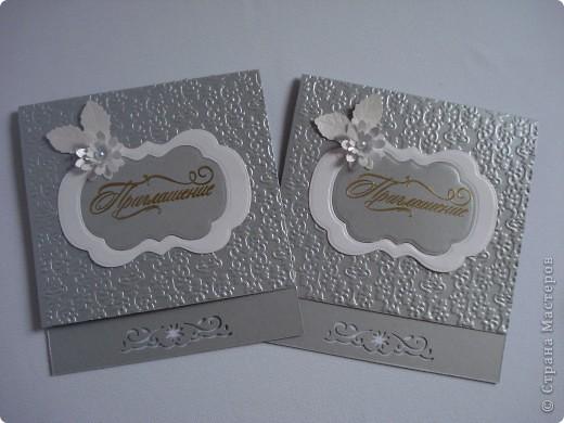 Свадебное приглашение - перламутровая дизайнерская бумага ,теснение, вырубка,надпись выполнена в технике горячий эмбоссинг, атласные ленты.Цветы сделаны с помощью дырокола. фото 8