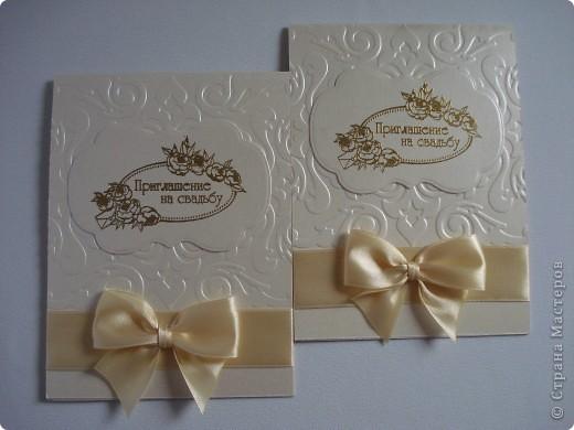 Свадебное приглашение - перламутровая дизайнерская бумага ,теснение, вырубка,надпись выполнена в технике горячий эмбоссинг, атласные ленты.Цветы сделаны с помощью дырокола. фото 11