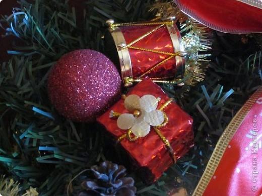 Как приятно мастерить что-нибудь эдакое необыкновенное для такого волшебного праздника как Новый год. Для меня с детства Новый год ассоциируется с волшебством, когда всё блестит и переливается ведь именно в это время мы ждём каких-то чудес...! Вот и получился у меня вот такой венок с яркими и блестящими игрушками.  фото 3