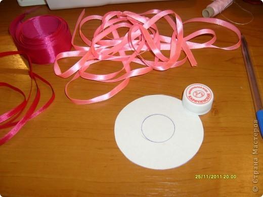 Из картона вырезаем кружок необходимого диаметра, внутри круга еще один (обводим пробку от минералки) и вырезаем.   фото 1